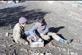 غذا خوردن نوجوان در جبهه