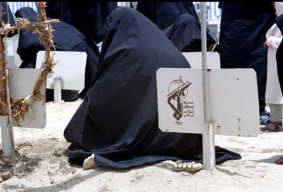 زنان بر سر مزار شهیدان