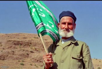 پیر پرچم در دست