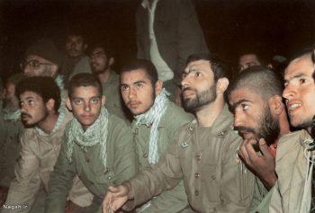 شهید صیاد در کنار رزمنده ها