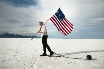 مرد اسیر با پرچم آمریکا