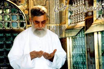 نماز رهبر در داخل ضریح