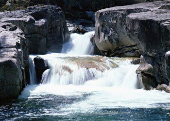 آب جاری آبشار