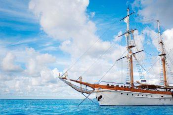 کشتی بزرگ در دریا