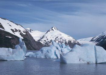 کوه برفی و آب یخ