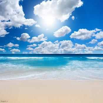 آسمان ابری بر روی دریای آبی