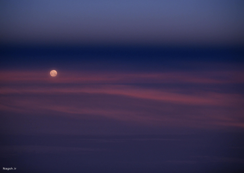 ماه وآسمانی تاریک