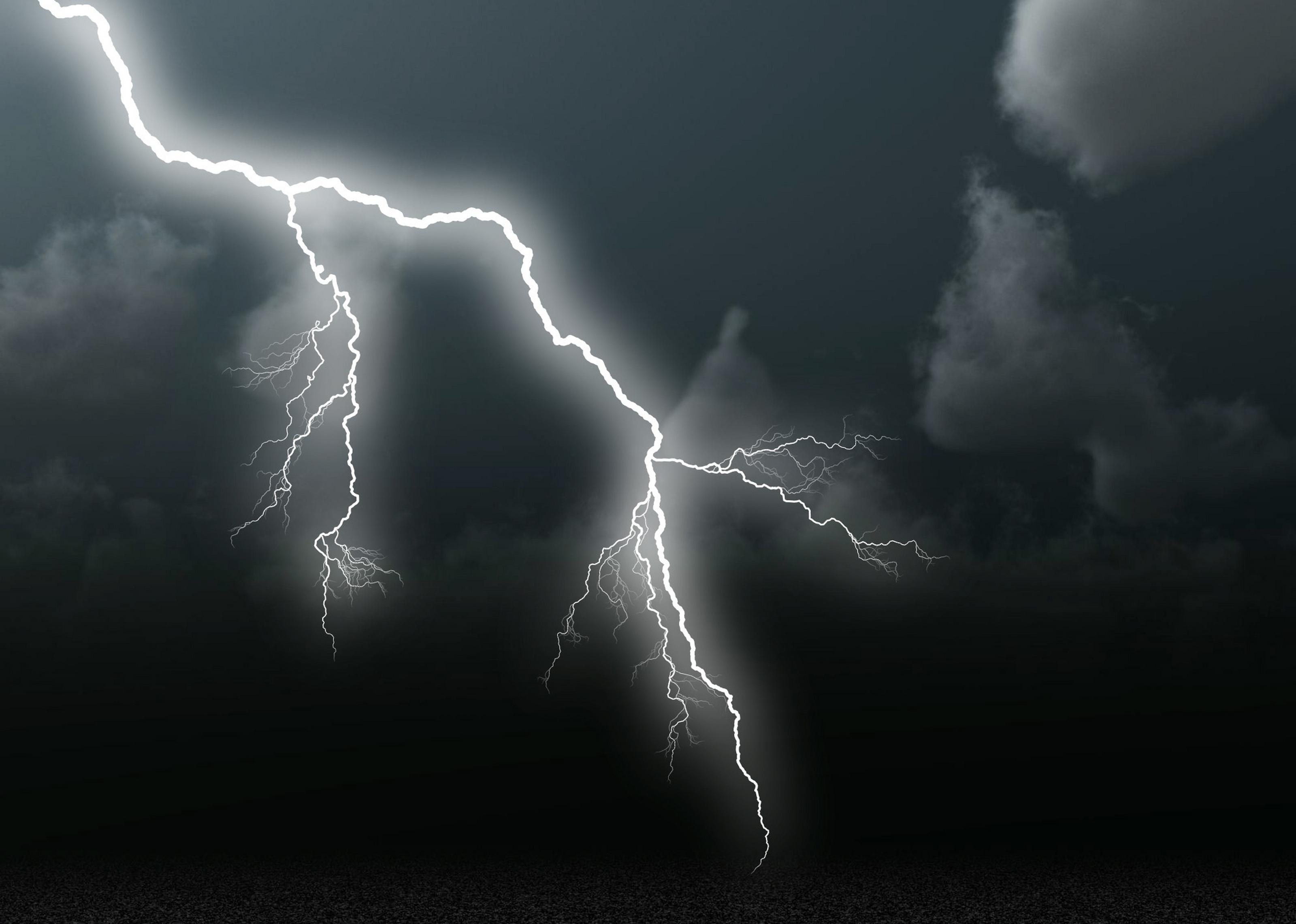 رعد و برق آسمان تیره