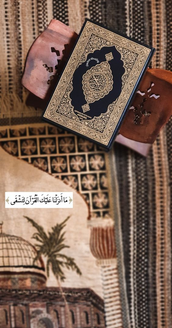 تصویر قرآن باز شده از نمای بالا