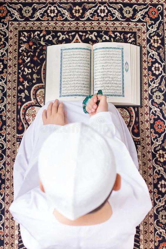 تصویر قرآن خوانی از نمای بالا