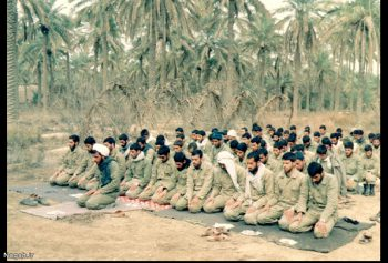 نماز جماعت در نخلستان
