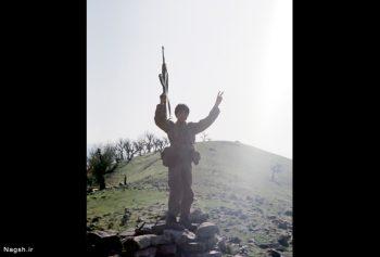 دستان بالا رفته نوجوان به نشان پیروزی