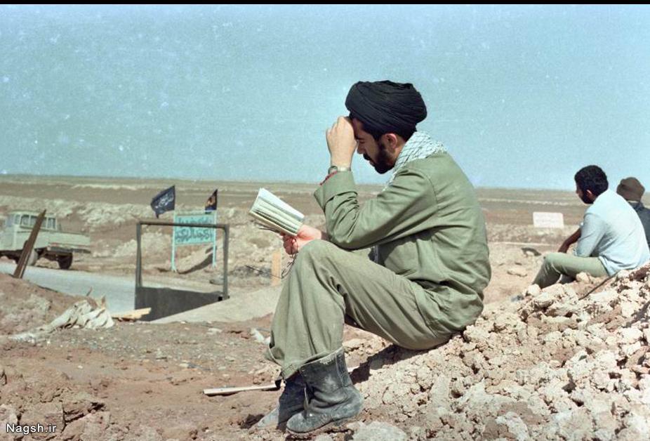روحانی در حال خواندن قرآن