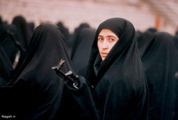 زن تفنگ در دست
