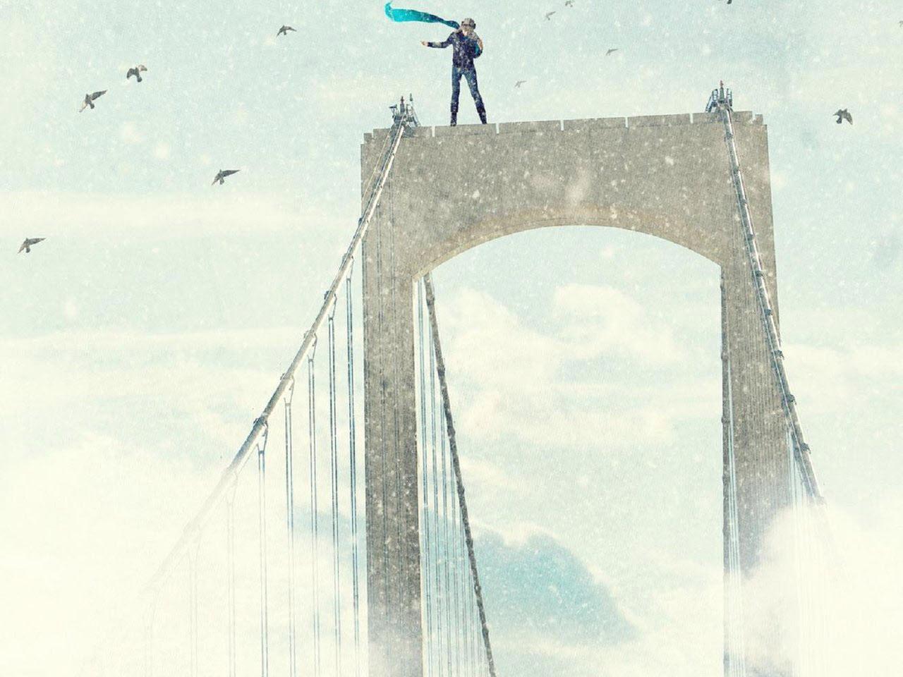 مرد ایستاده روی پل