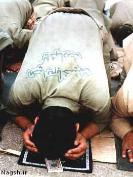 نماز خواندن بسیجی