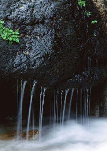 ریزش آب از سنگ