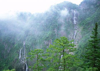 آبشاری به بلندی کوه