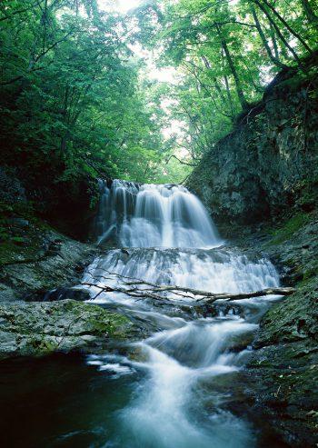 آب زلال آبشار