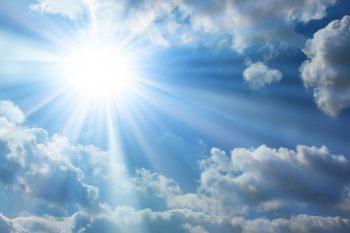 تابش نور خورشید از بین ابرها