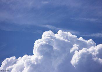 ابر سفید در آسمان آبی